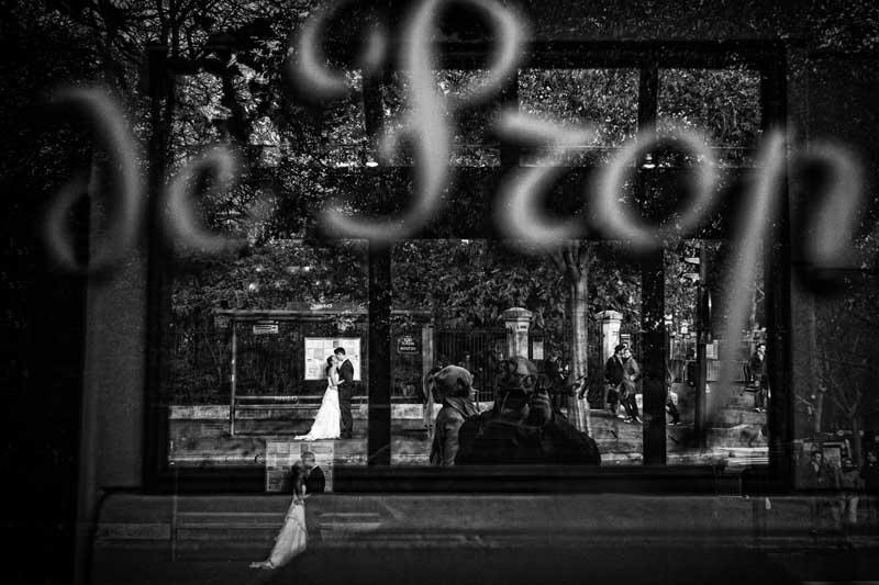 Spiegelungen mit einem Brautpaar in Paris